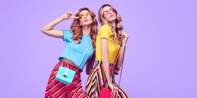 Zwei junge Frauen im bunten Outfit - verspielte Mode