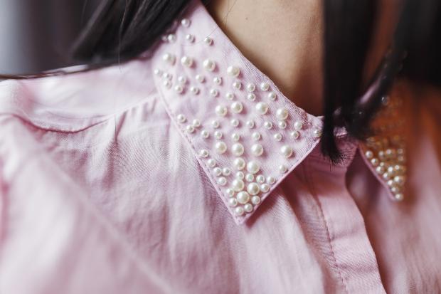 Perlenapplikationen auf einem Hemdkragen - verspielte Mode