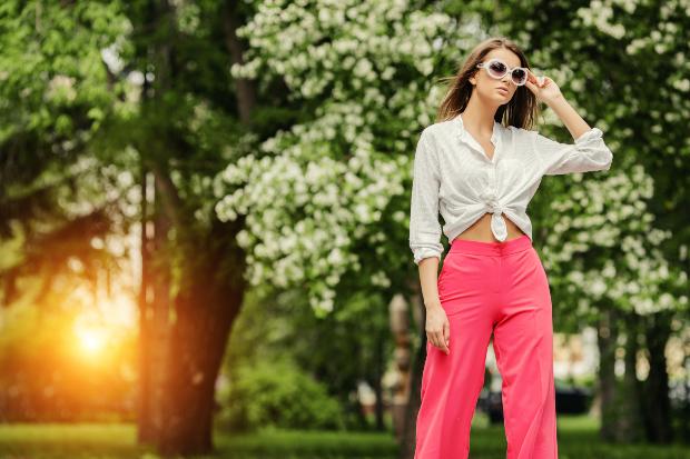 Junge Frau in modischer Sommerkleidung - Knallige Farben