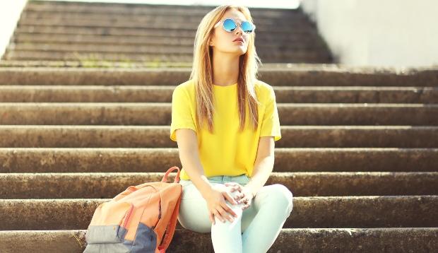 Junge Frau in T-Shirt und Jeans