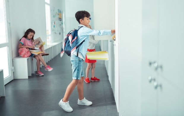 Junge mit Sneakers in der Schule - Trends der Kindersommermode