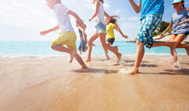 Kinder in Sommerkleidung am Strand - Trends der Kindersommermode