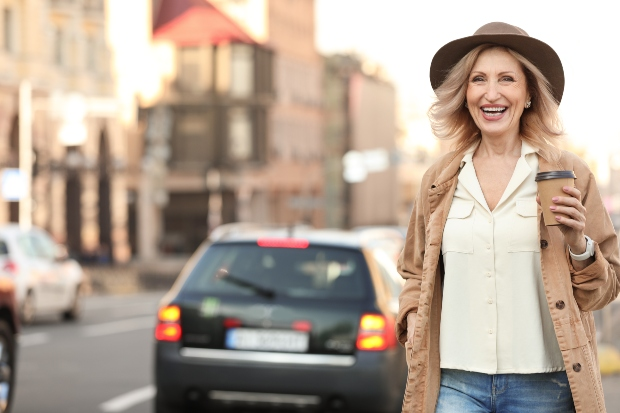 modische Frau mit Hut - Mode für Frauen ab 50