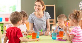Kinder im Kindergarten in Kindergartenkleidung