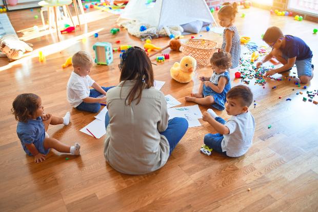 Gruppe Kinder im Kindergarten - Kindergartenkleidung muss bequem sein