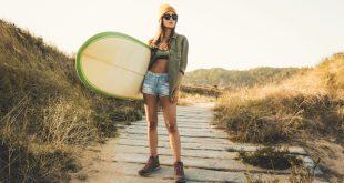 Junge Frau im Surfer-Style