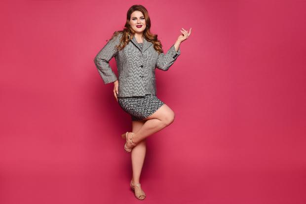 Junge, mollige Frau in sexy Business Outfit - Bauch wegschummeln durch Fokus auf die Beine