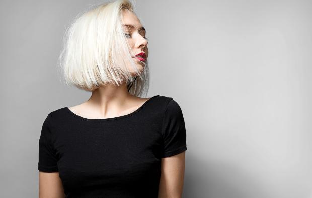 Junge hübsche Frau mit Rundhalt-T-Shirt
