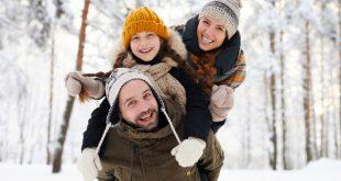 Familie bei einer Winterwanderung