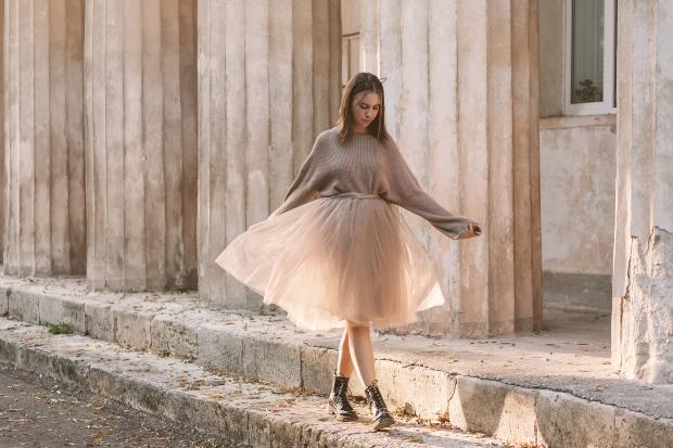 Junge Frau mit beigem Tüllrock - Modetrends im Frühling 2021