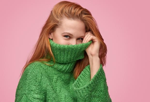 Junge Frau in grünem Rollkragenpulli - Winterfarben 2020/21