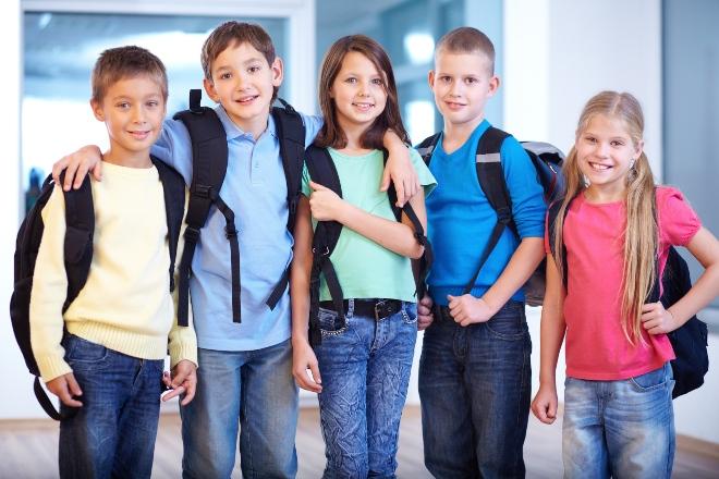 Gruppe junger Schüler - ideale Schülerbekleidung