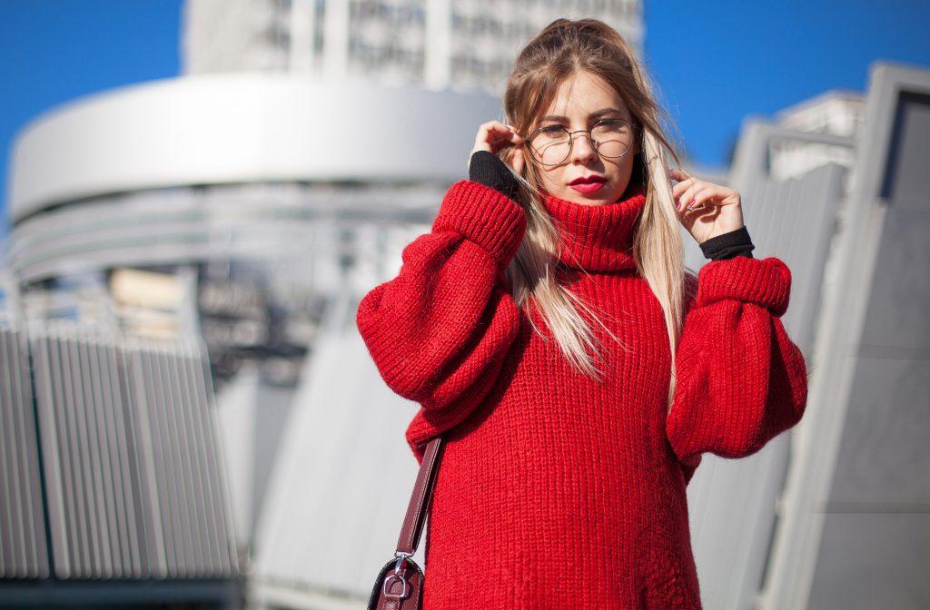 Frau in rotem Rollkragenpullover - Winterfarben 2020/21