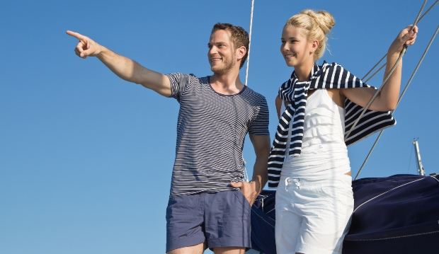 Junges Paar in maritimer Kleidung - Modetrends im Frühling 2021