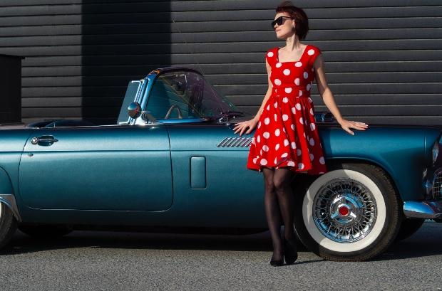 Junge Frau im roten Polka-Dot-Kleid - Modetrends im Frühling 2021