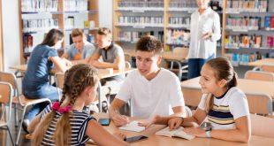 Schüler im Klassenzimmer - ideale Schülerbekleidung