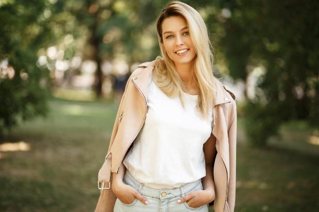 Junge Frau mit weißer Bluse - Weiß kombinieren
