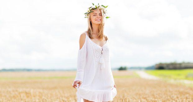 Dame mit weißen Kleid im Feld