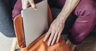 Junger Mann mit Laptop und Rucksack - Laptop-Rucksäcke