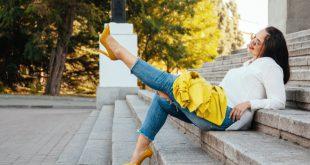 Junge Frau in modischem Outfit - Kleidung in großen Größen