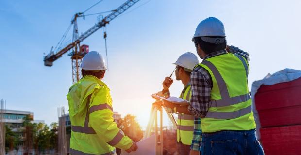 3 Bauarbeiter mit Sicherheitskleidung