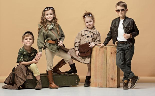 Kinder in modischen Outfits