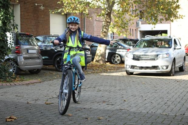 Mädchen auf Fahrrad mit Sicherheitskleidung