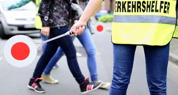 Schülerlotse mit Sicherheitskleidung