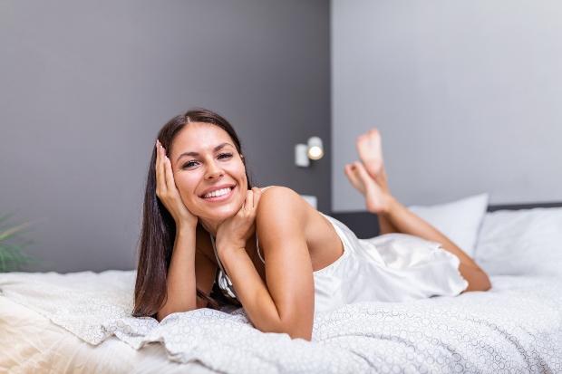 Junge Frau im Negligé - Unterwäsche Basics