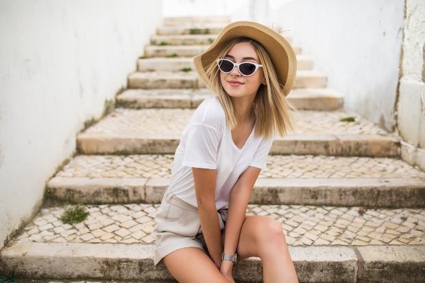 Junge Frau in sommerlichem Outfit - Unterwäsche Basics