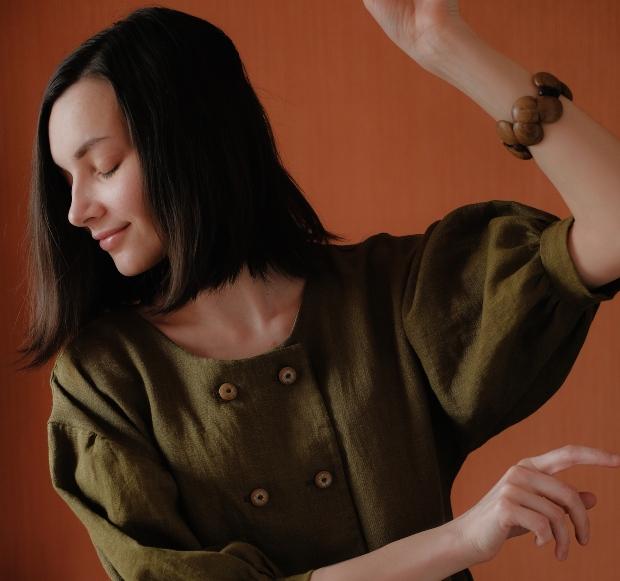 Junge Frau mit Bluse, Puffärmel