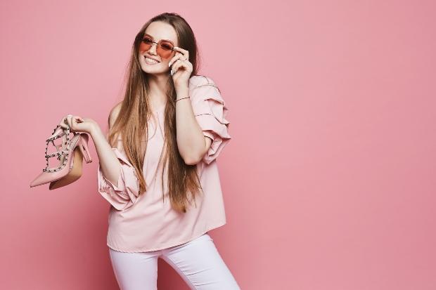 Junge Frau in sommerlicher Puffärmel Bluse