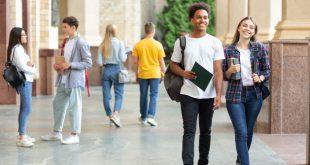 Junge Leute in einem Uni-Outfit